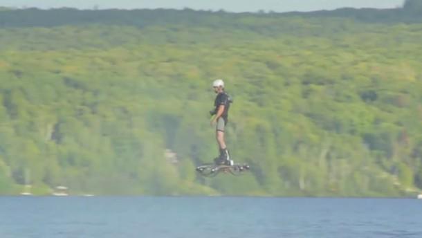 Catalin je poletel 275.9 metra daleč, let pa končal v vodi.