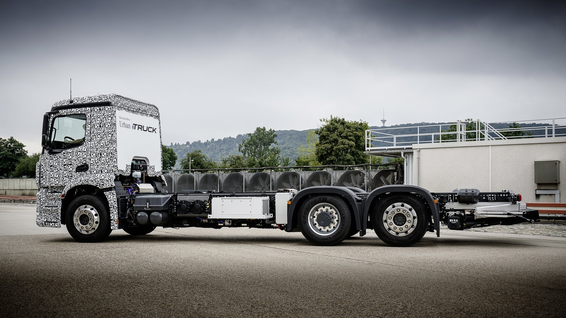 Daimler introduces new electric transport solutions for Mercedes benz box truck