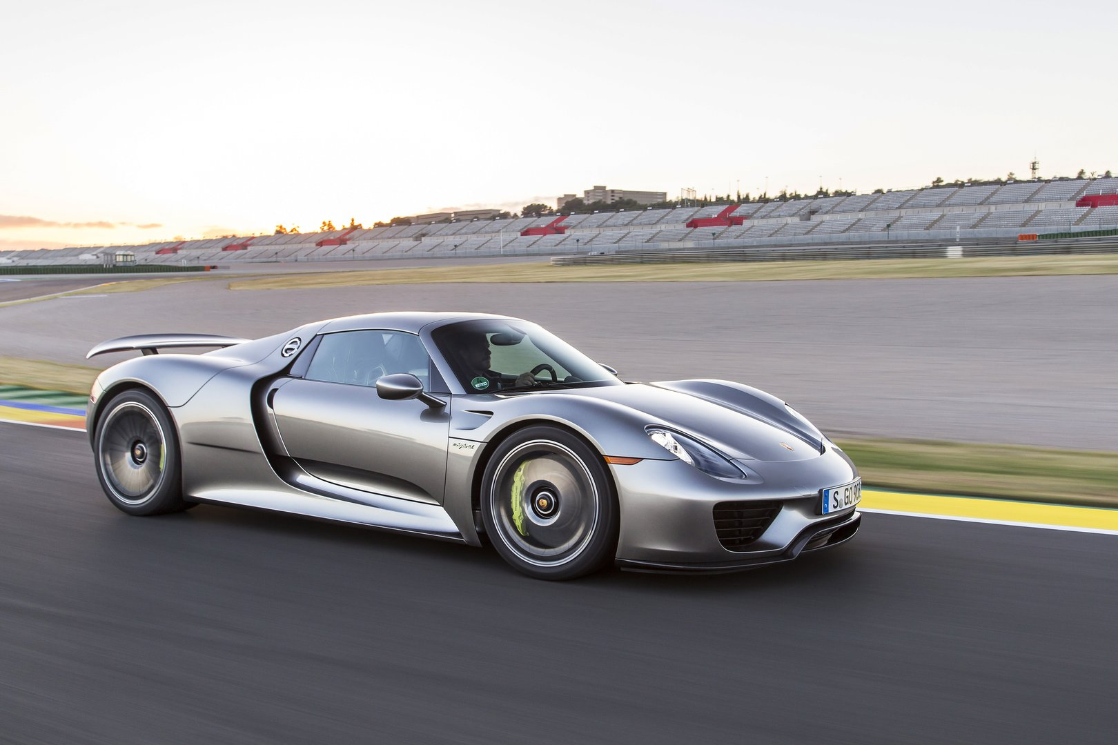Porsche 918 Spyder V8-Hybrid - EV catalogue - Plugin-magazine.com on porsche speedster, porsche gt3, porsche convertible, porsche coupe, porsche macan, lamborghini gallardo spyder, porsche women, james dean porsche spyder, porsche 550 spyder, porsche spyder wallpaper, 1955 porsche spyder, porsche cayenne,