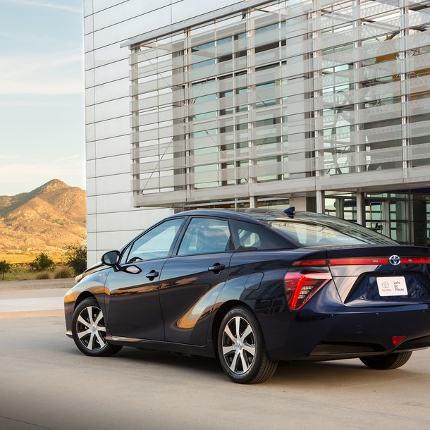 2016_toyota_fuel_cell_vehicle_005